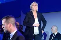 Marine Le Penová označila postup do druhého kola za historické vítězství.