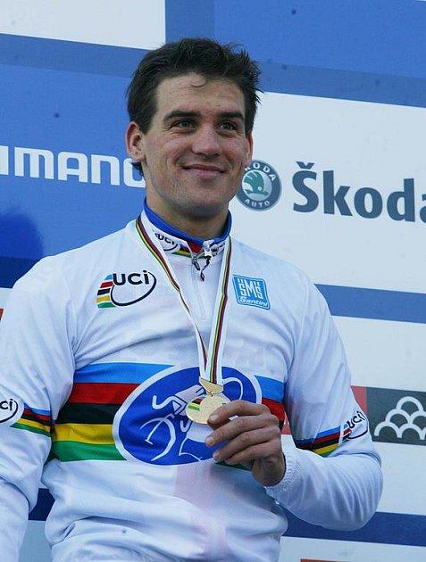 Zdeněk Štybar se zlatou medailí pro mistra světa.