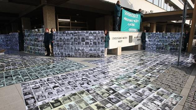 Poklidná demonstrace zástupců Greenpeace před mosteckým magistrátem, kde byla vyvěšena fotopetice lidí, kteří volili odpis uhlí na Mostecku.