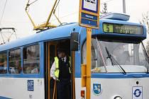 Pár minut před čtvrtou hodinou odpoledne vyjela znovu ze smyčky Vřesinská tramvaj na jednokolejnou trať.