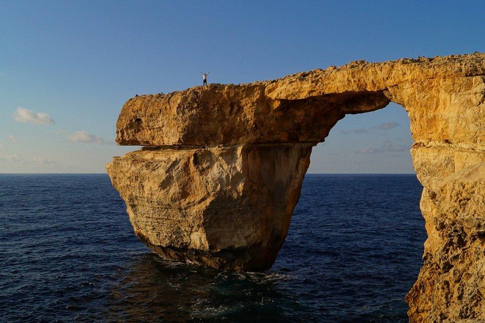 Azurové okno na pobřeží Malty si zahrálo i ve Hře o trůny. Před několika lety se ale zřítilo. Zničení turistického lákadla označili Malťané za srdcervoucí. Příčinou zřícení byla silná bouře.