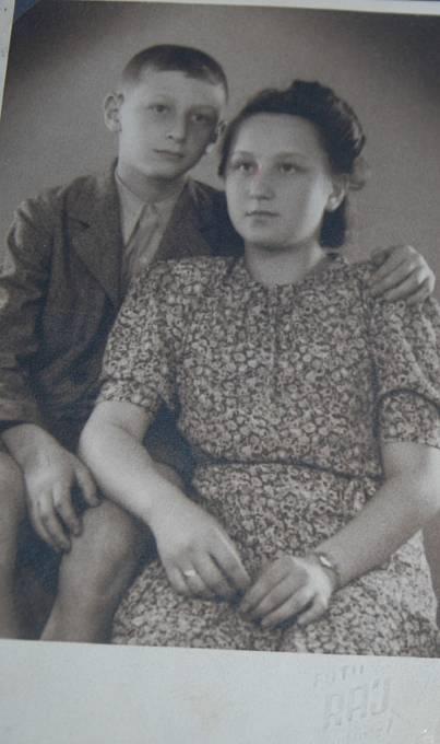 Hana Lustigová-Hnátová s bratrem.
