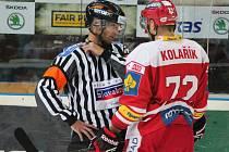 Pavel Kolařík ze Slavie (vpravo) v diskuzi s rozhodčím.
