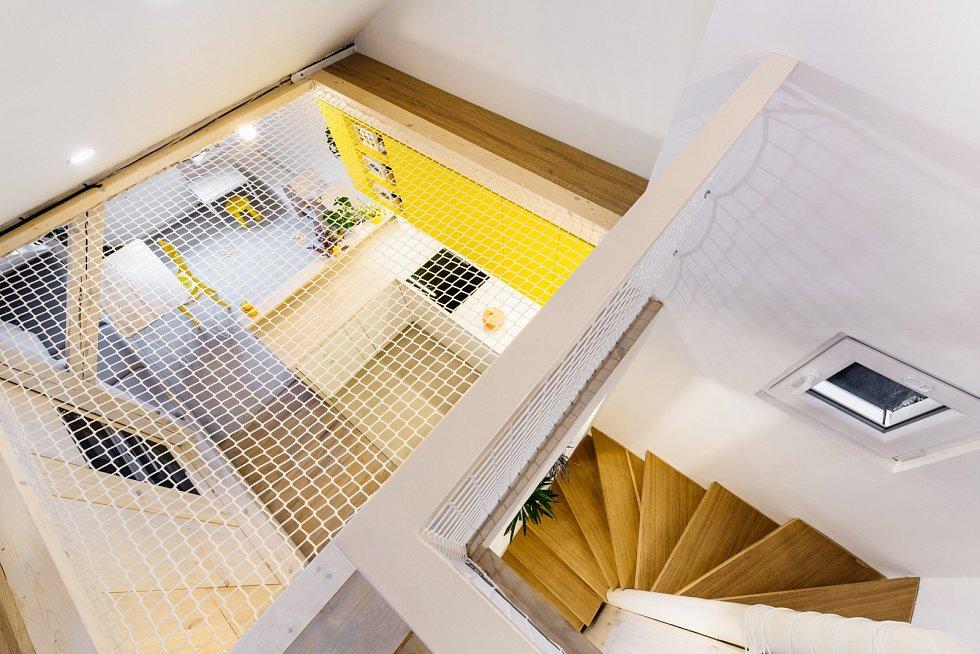 Na nejvyšším místě nad kuchyní je napnutá bezpečnostní síť.