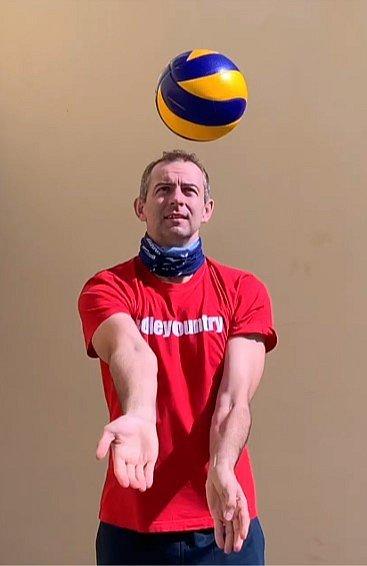 Bývalý volejbalový reprezentant Jiří Popelka ukazuje čtenářům Deníku zábavná cvičení.