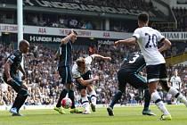 Harry Kane (č. 10) z Tottenhamu se dere do zakončení ve šlágru anglické ligy proti Manchesteru City.