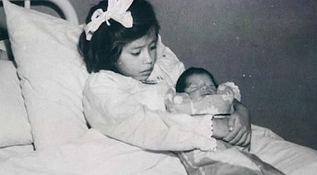 Lina Medina se svým synem krátce po porodu císařským řezem