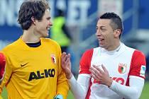 Marwin Hitz (vlevo) po trefě do sítě Leverkusenu