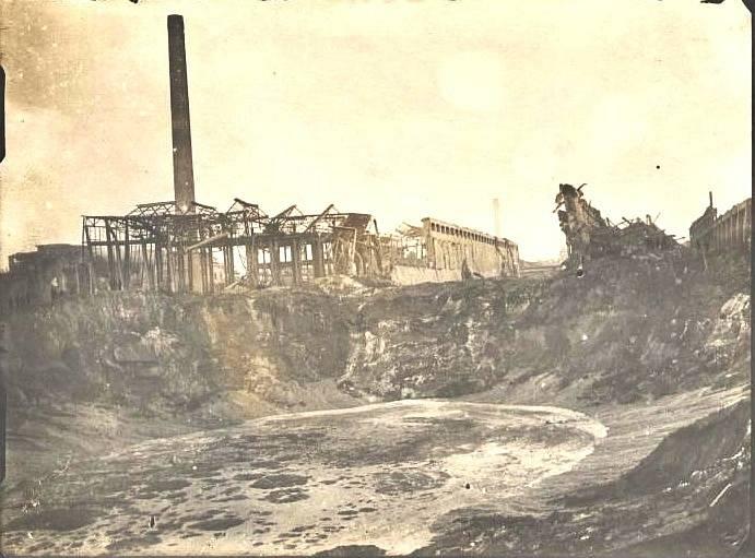 Kráter po výbuchu chemičky v Oppau v září roku 1921