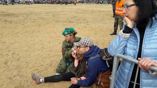 Při závěrečném seskoku osmi parašutistů na Dnech armády na pražské Letné 23. září se jeden z nich netrefil do určeného prostoru a dopadl mezi diváky. Zraněni jsou tři diváci a výsadkář. Diváci sledují místo nehody.