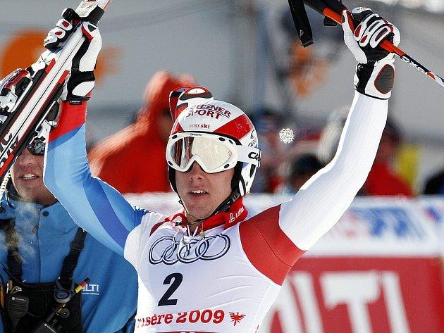Carlo Janka ze Švýcarska slaví titul v obřím slalomu na světovém šampionátu ve Val d'Isere.