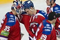 Brankář Petri Vehanen z HC Lev Praha (vlevo) přijímá gratulaci od spoluhráčů (zleva) Ondřeje Němce, Jana Lukáše a Jiřího Sekáče.