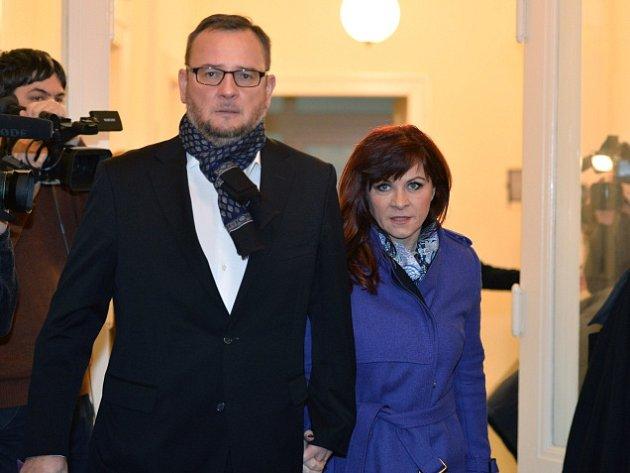 Jana Nečasová, dříve Nagyová (na snímku vpravo). Vlevo je bývalý premiér Petr Nečas.