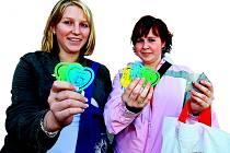 Nákup upomínkových předmětů je jedním ze způsobů, jak můžete podpořit charitativní projekt.