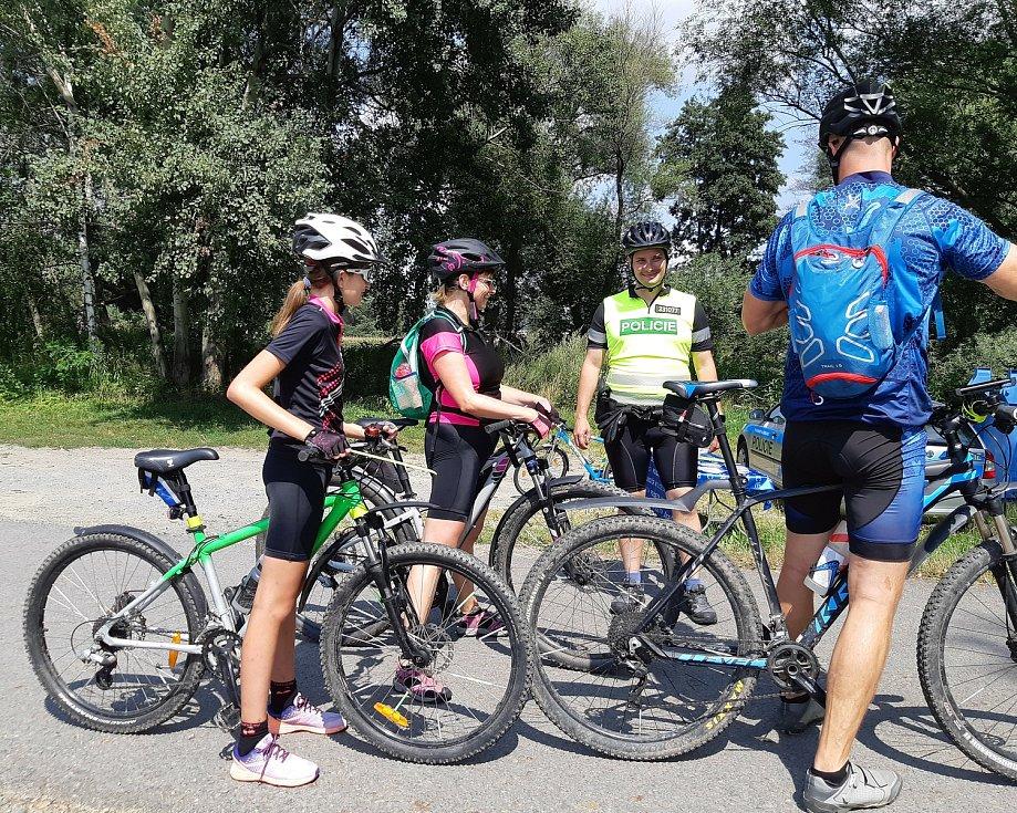 Akce policejních preventistů na cyklostezce u Petrova rybníka