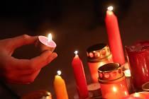 Lidé v sobotu 17. listopadu 2012 zapalovali svíčky u památníku na Národní třídě v Praze.