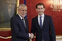 Rakouský prezident Alexander Van der Bellen (vlevo) dnes dopoledne pověřil předsedu Rakouské lidové strany (ÖVP) Sebastiana Kurze sestavením vlády.