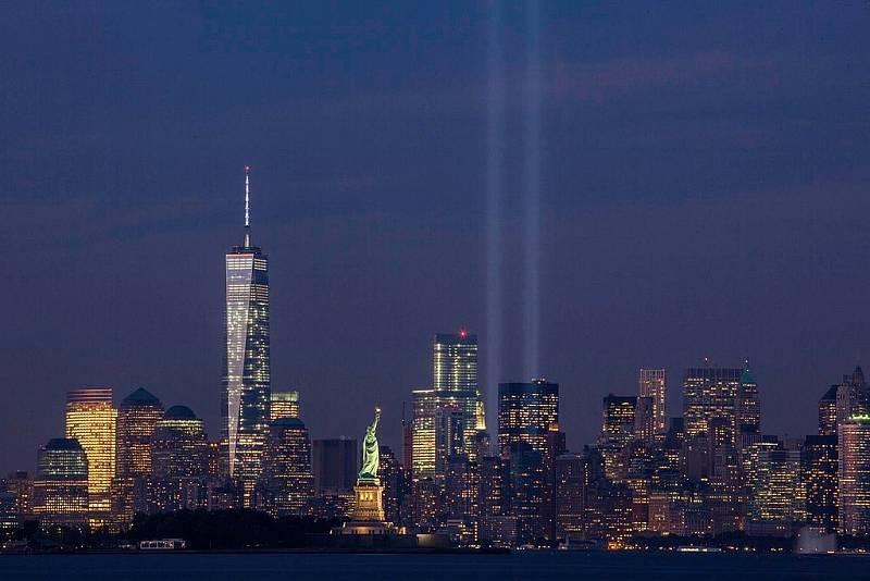 Třinácté výročí teroristického útoku z 11. září 2001 a světelná vzpomínka na newyorská dvojčata.
