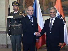 Rakouský kancléř Werner Faymann (vlevo) se 31. července v Praze setkal s premiérem Bohuslavem Sobotkou.