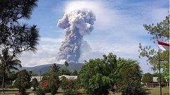Na indonéském ostrově Sulawesi se probudil vulkán Soputan