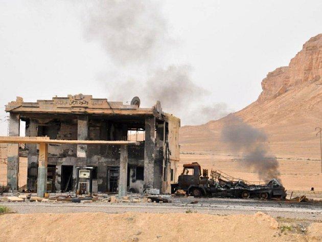 Islamisté před porážkou zaminovali celé město včetně obytných čtvrtí a historické části. Syrské úřady odhadují, že obnova palmýrských památek potrvá až pět let.