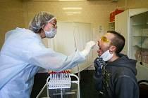 Zdravotnice v Moskvě odebírá muži vzorky pro test na koronavirus.