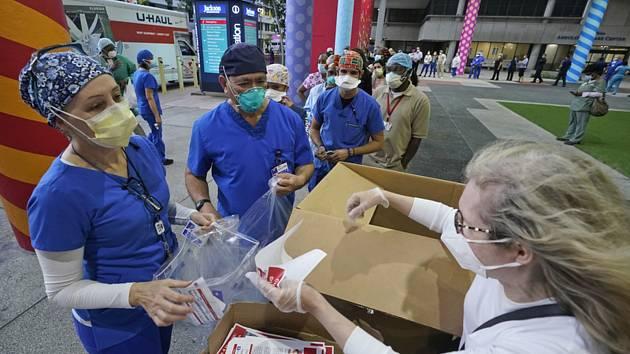 Rozdávání pomůcek zdravotníkům v USA