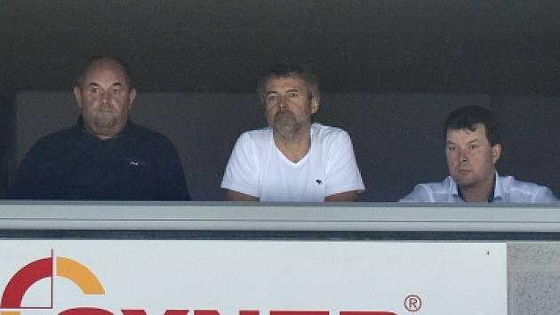 Liberec - Chomutov: VIP hosté na tribuně (Miroslav Pelta, Petr Kellner a Petr Syrovátko)