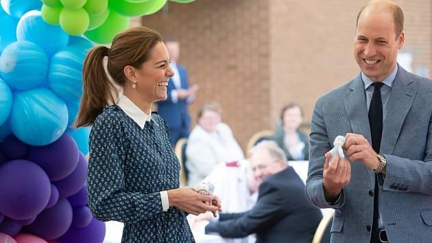 Princ William a vévodkyně Kate navštívili Nemocnici Královny Alžběty.