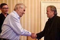 Prezident Miloš Zeman (vlevo) a Steve Bannon.