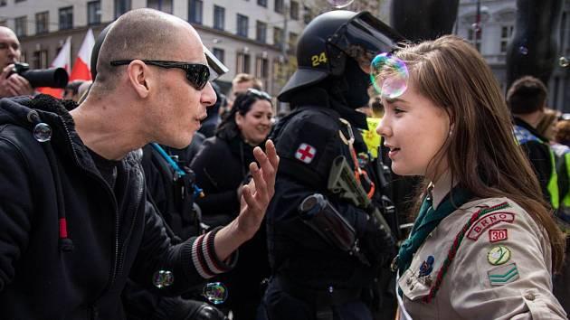 SLAVNÁ FOTKA. Skautka Lucka v debatě s účastníkem extremistického pochodu.