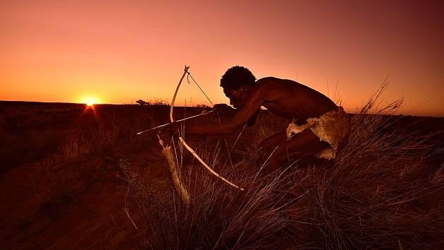 Luk a šípy dodnes používají příslušníci některých přírodních národů, například afričtí Křováci (na snímku)