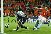 Van Persie střílí po Robbenově přihrávce druhý gól.