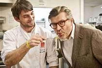 Gastronaut Pavel Maurer (vpravo) a šéfkuchař Tomáš Kalina včera v hotelu Yasmin v centru Prahy symbolicky zahájili V. ročník Grand Restaurant Festivalu.