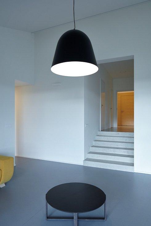 Interiér domu v Litvínovicích je pak stejně minimalistický jako exteriér.