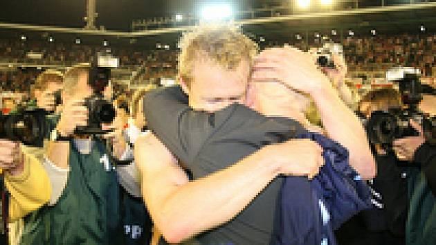 Autor branek Stanislav Vlček a trenér Karel Jarolím v emotivně šťastném objetí po výhře nad Ajaxem