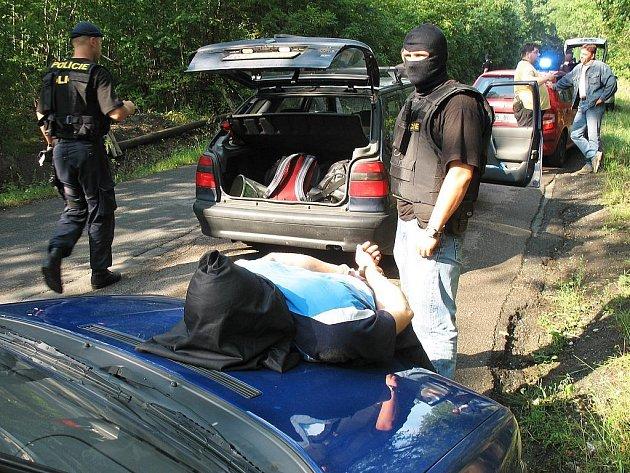"""Kriminalisté z """"osmičky"""" čtveřici mužů zadrželi v osobním voze nedaleko obce Klíčov"""