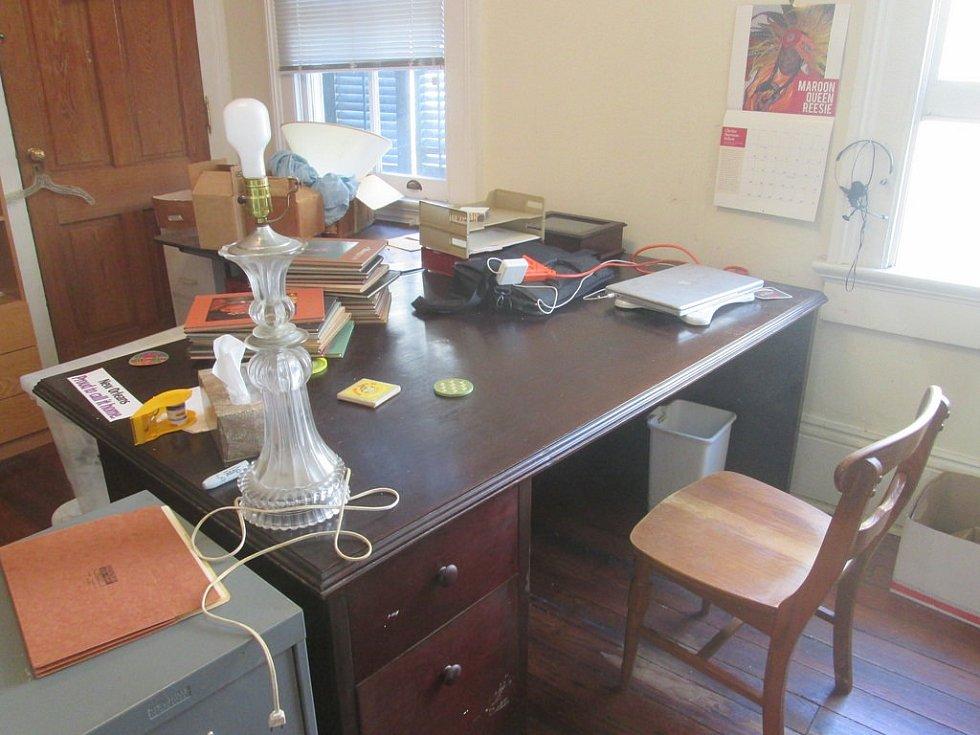 Stůl z masivního tvrdého dřeva a papír při ruce. Tak mohl vypadat home office ve 30. letech