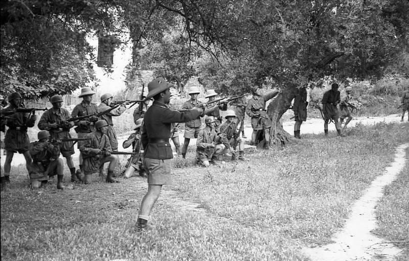 Němečtí parašutisté se připravují ke střelbě; vpředu Horst Trebes