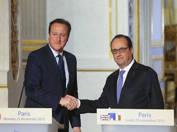 Francouzský prezident François Hollande a britský premiér David Cameron dnes po jednání v Paříži prohlásili, že obě země chtějí posílit spolupráci a výměnu informací mezi svými tajnými službami.