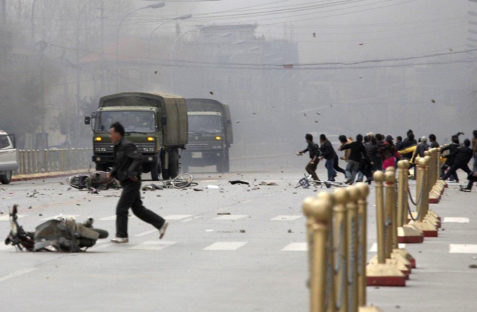 Vojenská auta pod palbou kamení.