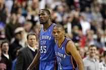 Basketbalisté Oklahoma City Kevin Durant (vlevo) a Russell Westbrook.