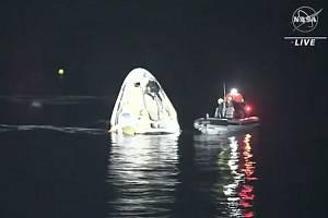 Kapsule společnosti SpaceX 2. května 2021 bezpečně dopravila na Zemi čtveřici astronautů