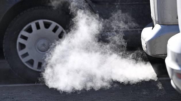 Výfuk automobilu - ilustrační foto