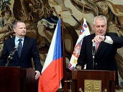 Prezident Miloš Zeman a ministr školství Petr Fiala (vlevo) vystoupili 22. května v Praze na briefingu k situaci kolem jmenování Martina C. Putny profesorem.