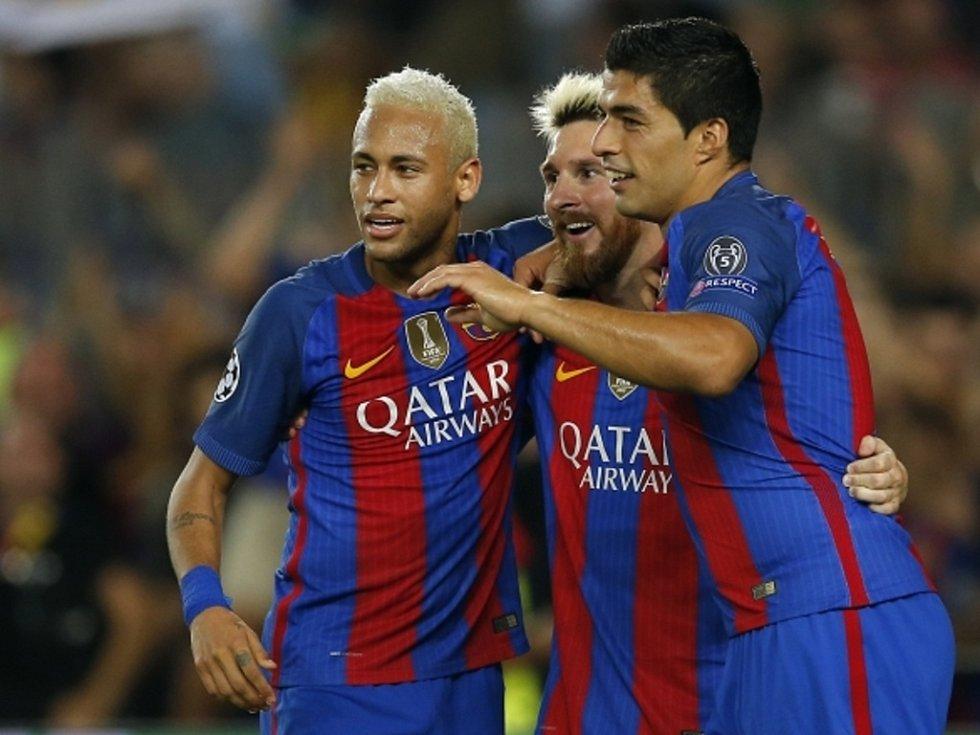 Hvězdná trojka Barcelony (zleva) Neymar, Lionel Messi a Luis Suárez se radují z gólu proti Celticu.
