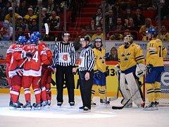 Čeští hokejisté (vlevo) se radují z gólu proti Švédsku na mistrovství světa.