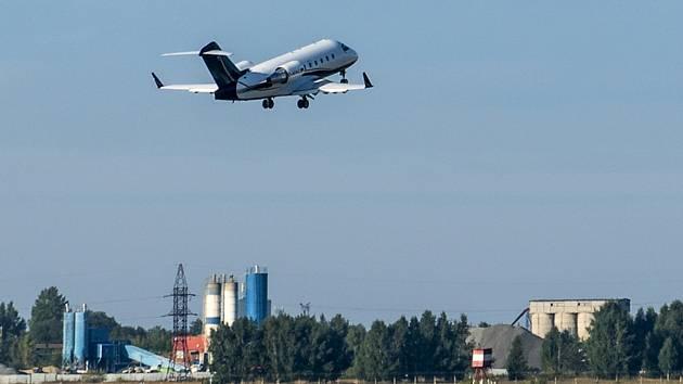 Letadlo s předním ruským opozičním politikem Alexejem Navalným vzlétlo z letiště v sibiřském Omsku. Politik, který je stále ve vážném stavu, doprovází na palubě letadla jeho manželka