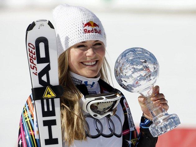 Lindsey Vonnová s malým globem za sjezd Světového poháru.