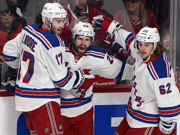 Hokejisté NY Rangers (zleva) John Moore, Martin St. Louis a Carl Hagelin se radují z gólu proti Montrealu.